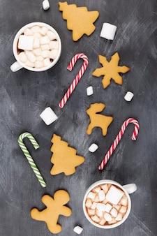 Kerst drankje. twee kopjes warme chocolademelk met marshmallow en peperkoek. bovenaanzicht