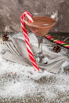 Kerst drankjes, pepermunt mokka martini cocktail met snoepgoed, op grijs