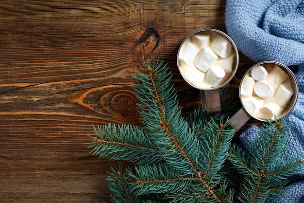 Kerst drink mok warme koffie met marshmallow op de houten achtergrond nieuwjaar