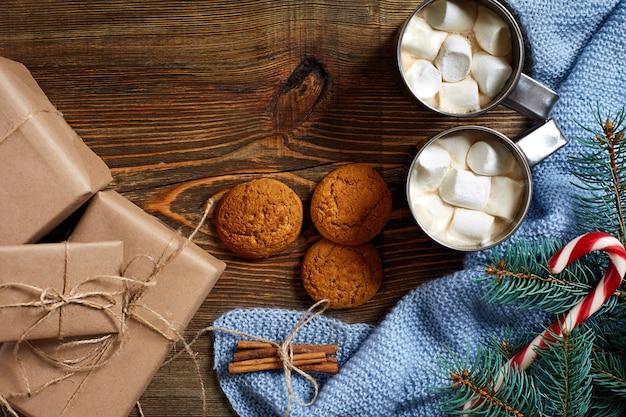 Kerst drink mok warme koffie met marshmallow rode snoepgoed op de houten achtergrond nieuwjaar