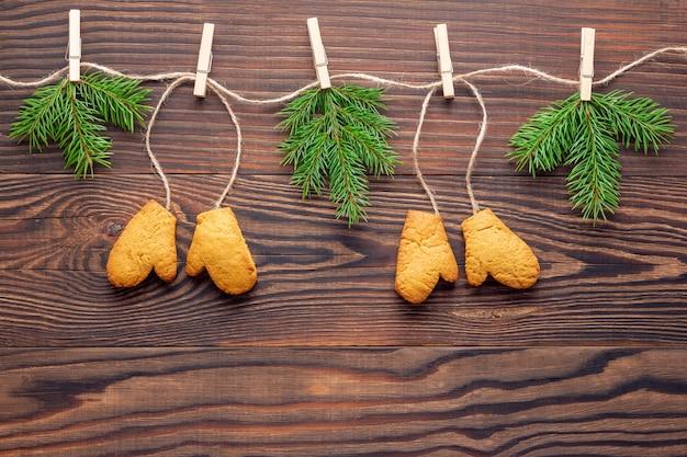 Kerst eco-vriendelijke garland gemaakt van peperkoek en vuren takken op houten achtergrond
