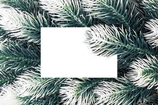 Kerst en nieuwjaar groene dennenboom dennentakken met papieren kaart