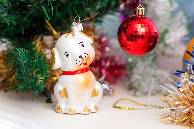 Kerst en nieuwjaar kerstversiering: hond en bal_