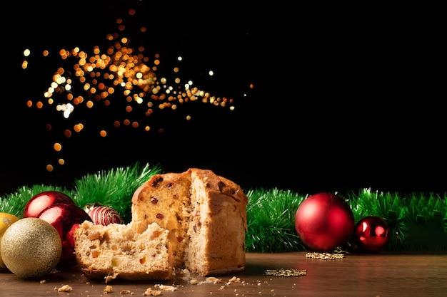 Kerst- en nieuwjaarsdecoratie, met panettone, kerstballen. ideaal voor achtergrond met kopie ruimte.