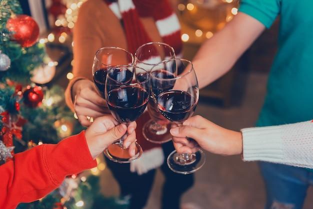 Kerst- en nieuwjaarsfeest met aziatische vrienden. winter en eindejaarsfeest met het drinken van rode wijn.