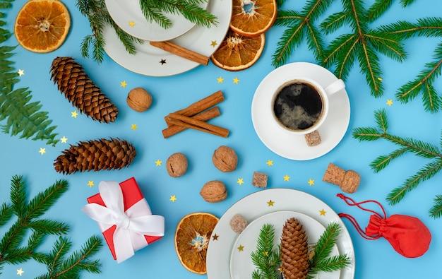 Kerst- en nieuwjaarssamenstelling met symbolische kersttafel setting, decor en accessoires.