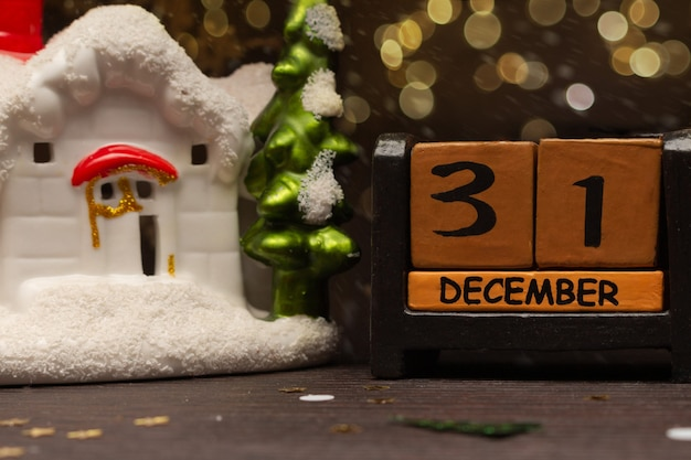 Kerst- en nieuwjaarssamenstelling op de kalender 31 december en een speelgoedhuis