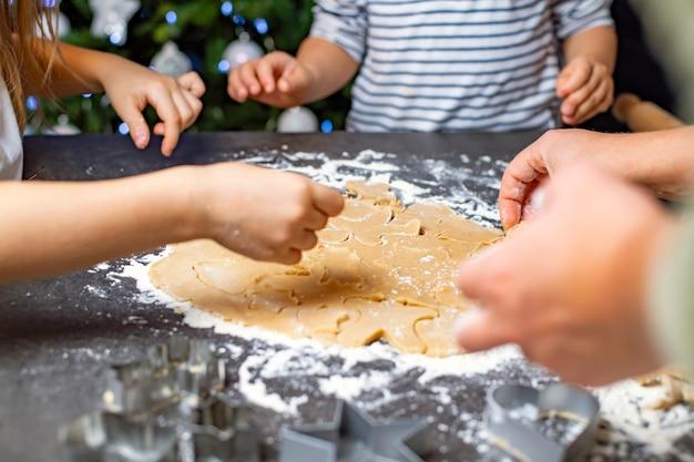 Kerst- en nieuwjaarsvakanties, moeder en kinderen bereiden peperkoekkoekjes