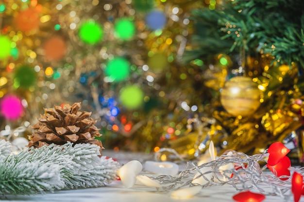 Kerst- en nieuwjaarsversieringen, kegel, takken van nieuwe jaarboom.