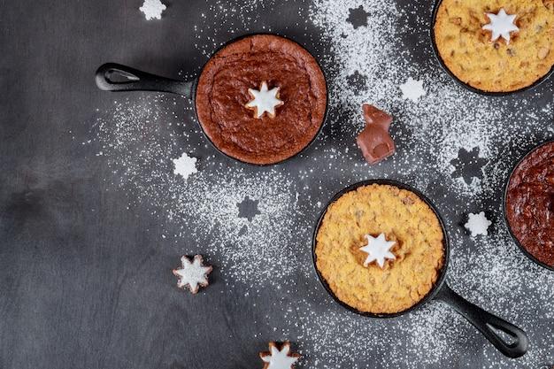 Kerst en oud en nieuw koekjes in een symbool van het nieuwe jaar feestelijke decoraties