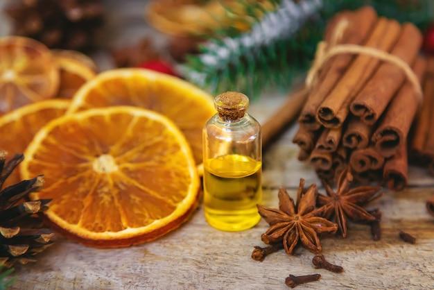 Kerst essentiële oliën in kleine flesjes. selectieve aandacht.