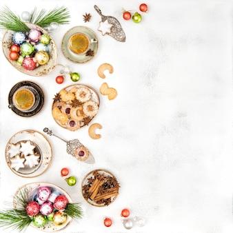 Kerst eten en decoratie. traditionele duitse koekjes en koffie. plat leggen