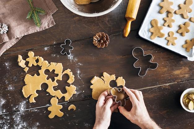 Kerst eten man koken peperkoek koekjes bovenaanzicht xmas dessert