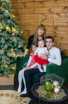 Kerst familie op een mooie achtergrond. selectieve aandacht. vakantie.