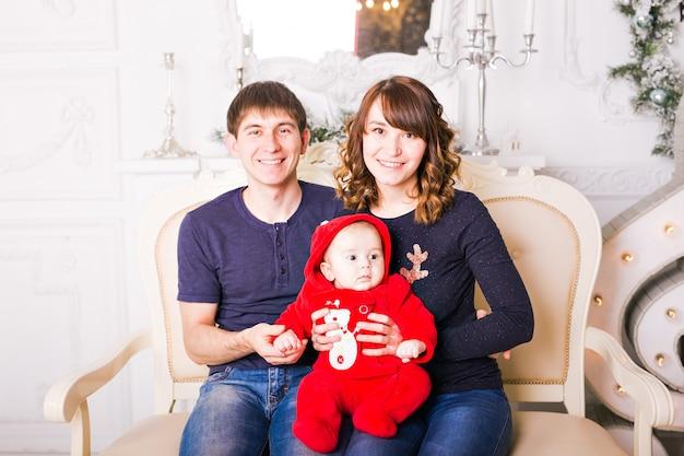 Kerst familieportret in huis vakantie woonkamer, huis versieren door kerstboom