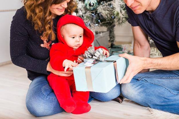 Kerst familieportret in huis vakantie woonkamer, kinderen en hond spelen, huidige geschenkdoos, huis versieren door kerstboom kaarsen garland