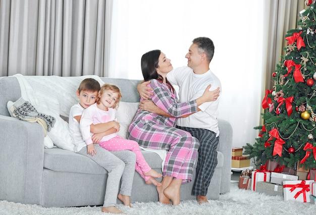 Kerst familieportret in huis vakantie woonkamer, op kerstochtend
