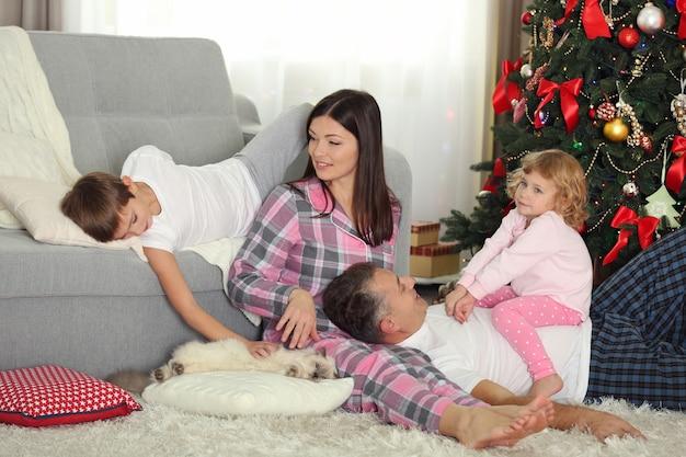 Kerst familieportret in huis vakantie woonkamer, 's ochtends