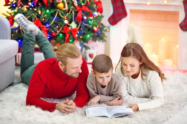Kerst familieportret in huis vakantie woonkamer