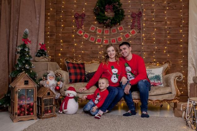 Kerst familieportret in kerstboom interieur verlichting, gelukkig nieuwjaar met kinderen. het concept van gezinsvakantie in de winter.