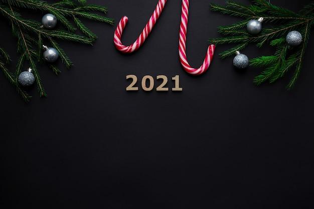 Kerst feestelijke achtergrond met kerstballen, cijfers, zuurstokken en kopie ruimte voor tekst