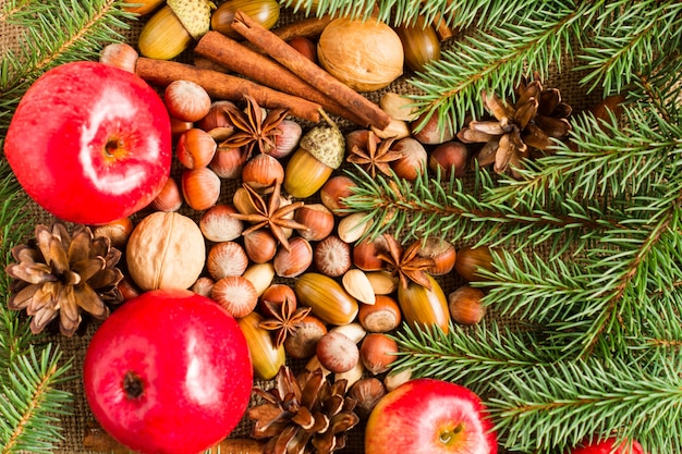 Kerst feestelijke achtergrond met vuren takken, kegels met stilleven van bos en natuurlijke ingrediënten. bovenaanzicht.