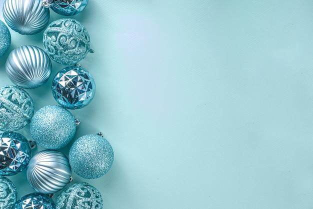 Kerst feestelijke banner, achtergrond. monochroom plat leggen met verschillende blauwe kerstversiering ballen op lichtblauwe achtergrond