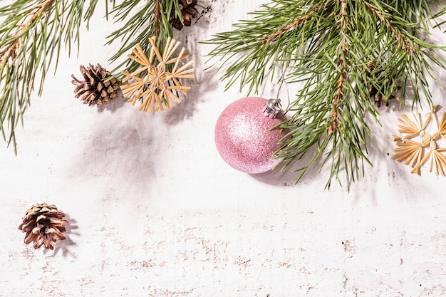 Kerst feestelijke oude houten achtergrond. geen afval kerst decor concept. verse groenblijvende pijnboomtakken en strosneeuwvlokken, plat gelegd