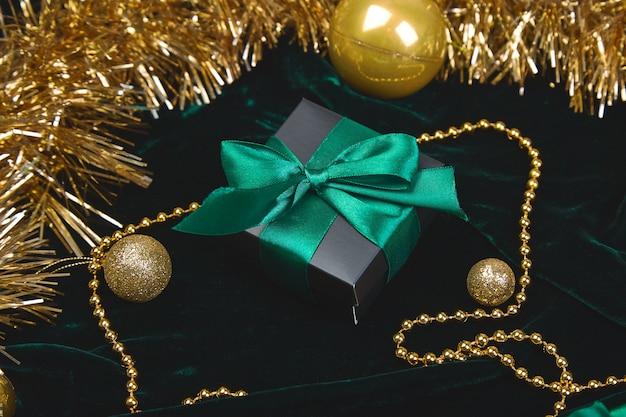 Kerst feestelijke zwarte geschenkdozen met groen lint op velours