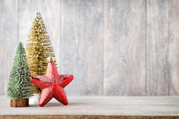 Kerst fir tak en decor, op de houten achtergrond.