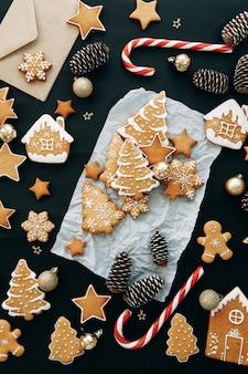 Kerst flatley lay-out met koekjes en een kerstboom samenstelling met gemberkoekjes