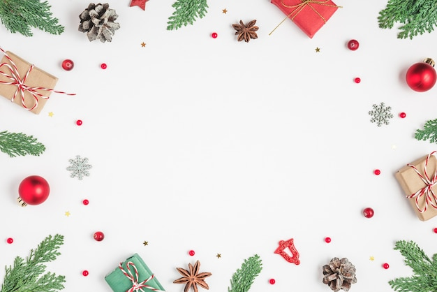 Kerst frame gemaakt van fir takken geschenkdozen rode decoraties voor de feestdagen en dennenappels