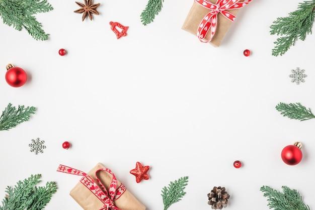 Kerst frame gemaakt van fir tree takken decoraties bessen op witte achtergrond bovenaanzicht