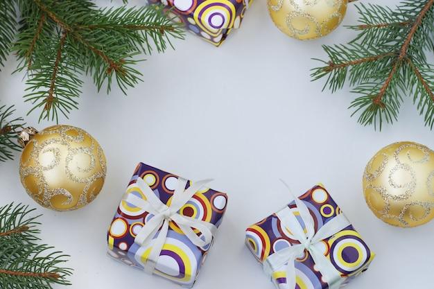 Kerst frame met geschenken en gouden bollen