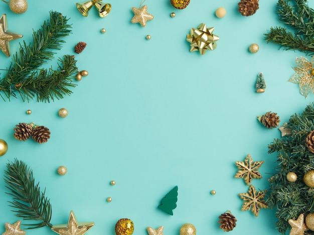 Kerst frame met gouden decoratie op lichtblauwe achtergrond, bovenaanzicht