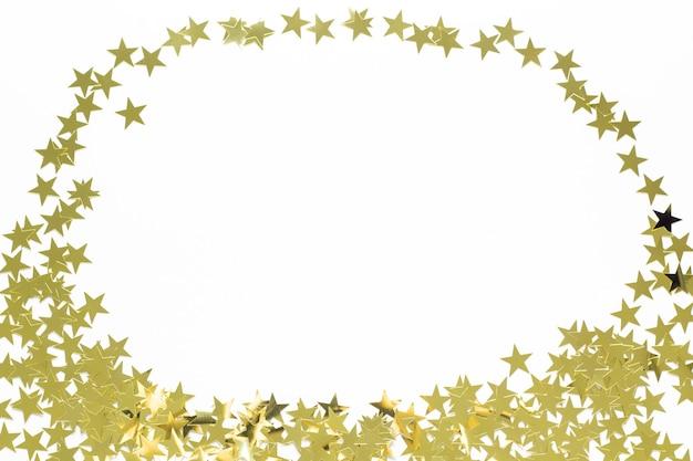 Kerst frame met gouden ster confetti. vakantieachtergrond voor nieuwjaar op wit met copyspace