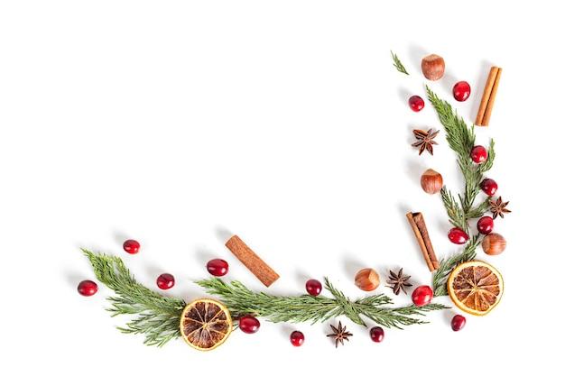 Kerst frame met noten en veenbessen, plat lag, bovenaanzicht.