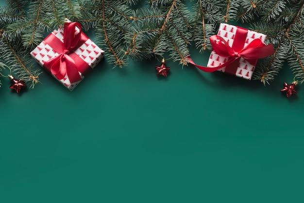 Kerst frame met rode cadeau en decor