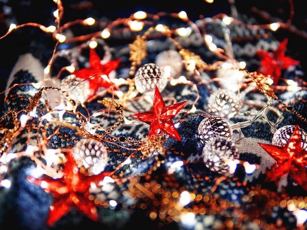 Kerst gebreide patroon trui gloeilampen en rode sterren. gezellige wintervakantie decoraties.