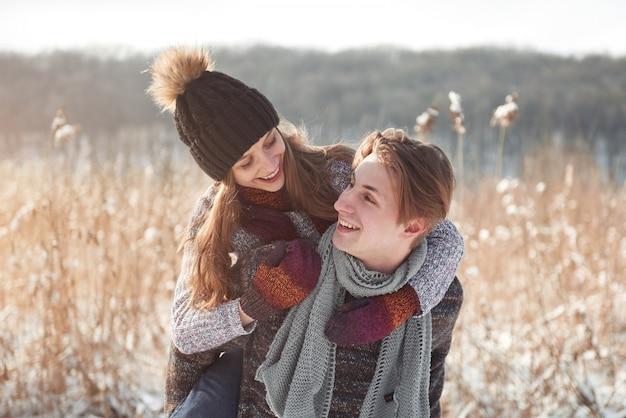Kerst gelukkige paar in liefde omarmen in besneeuwde winter koud bos, copyspace, nieuwjaar feestviering, vakantie en vakantie, reizen, liefde en relaties