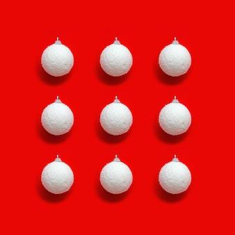 Kerst geometrische patroon met witte ballen van sneeuw op rood papier