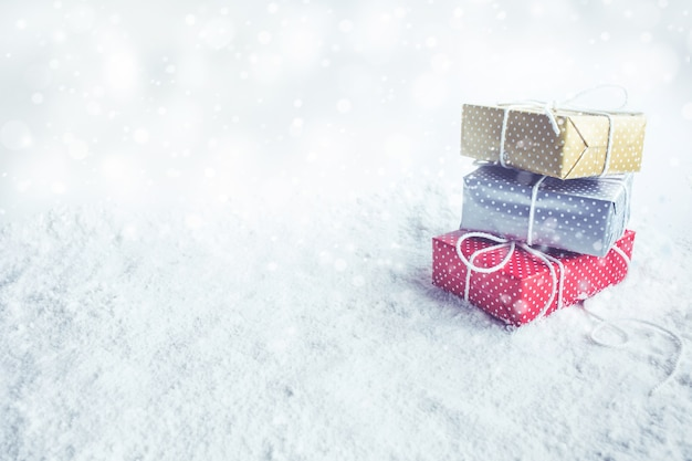 Kerst geschenkdoos, aanwezig op sneeuw achtergrond