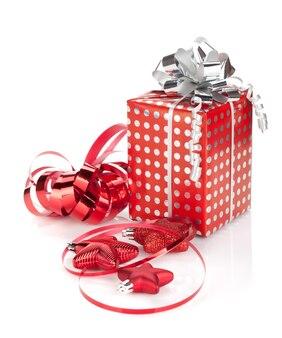 Kerst geschenkdoos en decor. geïsoleerd op witte achtergrond
