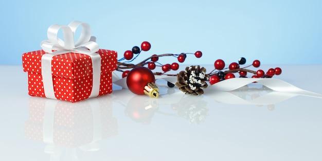 Kerst geschenkdoos met bal, kegel en tak van bessen