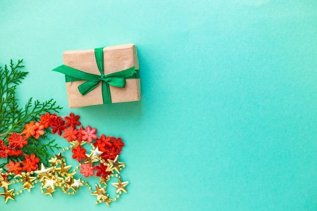 Kerst geschenkdoos met decoratieve elementen