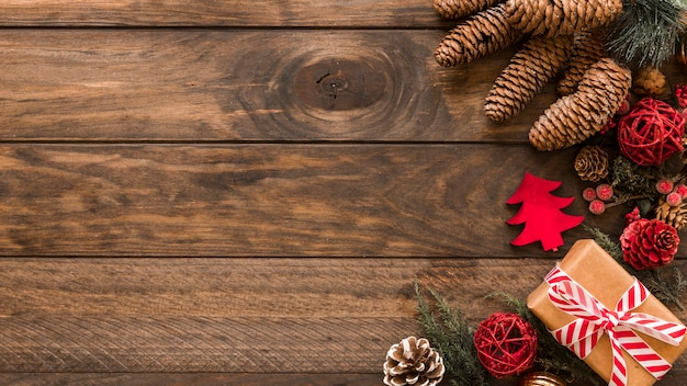 Kerst geschenkdoos met kegels op tafel