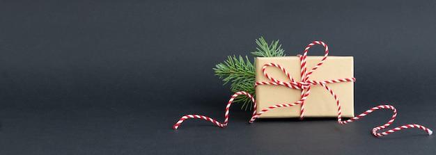 Kerst geschenkdoos op zwarte achtergrond