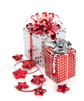 Kerst geschenkdozen en decor. geïsoleerd op witte achtergrond