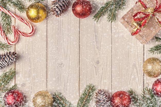 Kerst geschenkdozen en fir tree takken