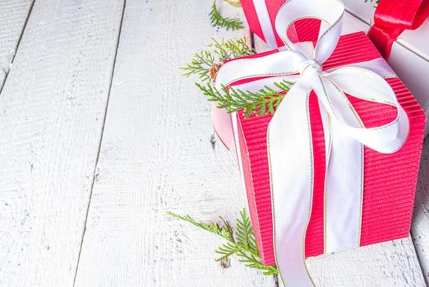 Kerst geschenkdozen met feestelijke linten